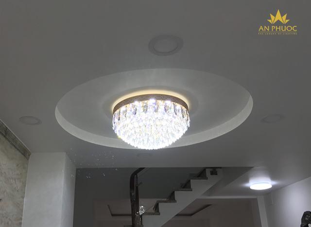 Mẫu đèn pha lê tròn bài trí tại phòng khách 1